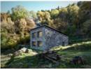 Nhà nhỏ hiện đại với vỏ ngoài bằng đá ở vùng núi Italia