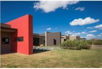 Ngôi nhà hiện đại có bức tường đỏ nổi bật giữa sa mạc