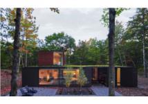 Ngôi nhà kết hợp tuyệt vời giữa gỗ và kính của cặp vợ chồng thiết kế đồ họa