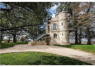 Căn biệt thự cải tạo từ lâu đài bỏ hoang được rao bán giá 25 tỷ đồng
