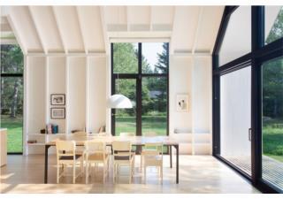 Ngôi nhà bằng gỗ tuyết tùng trắng tinh khôi bên hồ nước